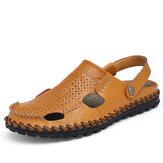 L'estate degli uomini scava fuori le scarpe molli del sandalo piano della spiaggia di cuoio casuali all'aperto di modo